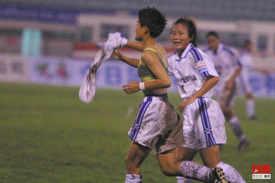 """中国女足国家队""""第一脱""""。2003年1月29日,四国女足邀请赛最后一轮中国女足1-1战平挪威队,最终屈居亚军。图为中国队进球功臣腾巍上演脱衣秀。"""