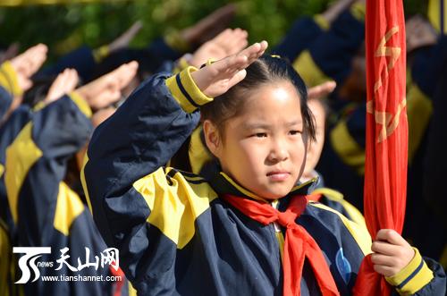 小学生向少先队队旗敬礼