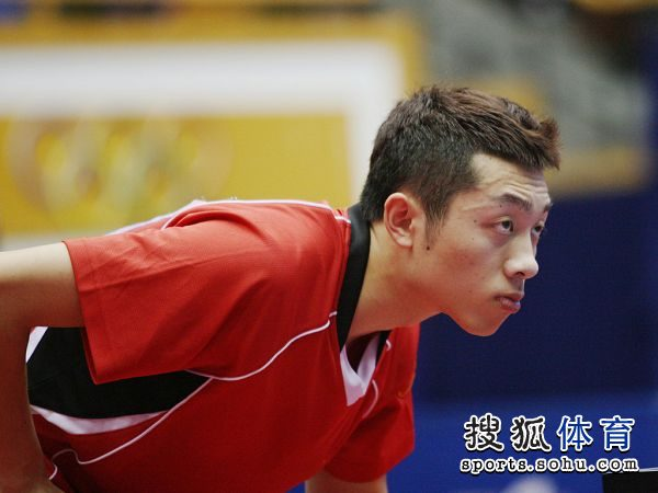 图文:[乒乓球]全锦赛男团决赛 许昕严阵以待
