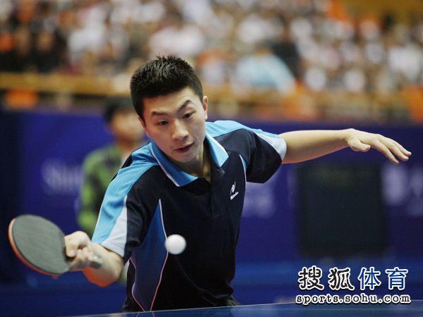 图文:[乒乓球]全锦赛男团决赛 马龙正手回球