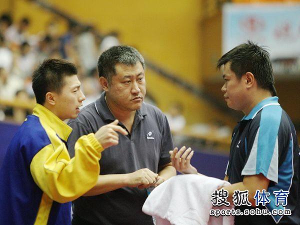 图文:[乒乓球]全锦赛男团决赛 张雷马龙说战术