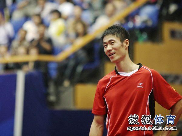 图文:[乒乓球]全锦赛男团决赛 王励勤无奈失分