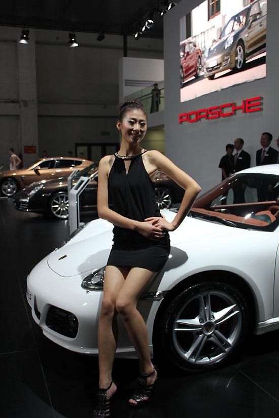 2011杭州眼神美女保时捷车展放电的美女车模t胸大白图片