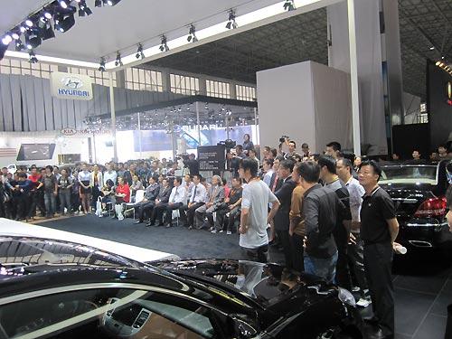现代汽车展台围满了媒体与观众