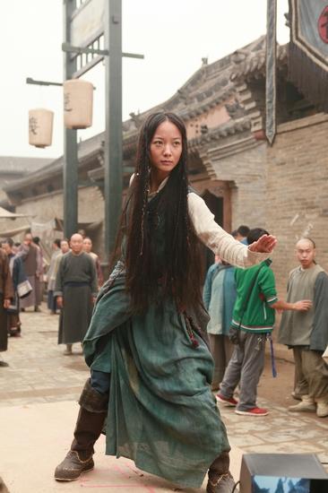 早报讯(上图) 由陈可辛监制、刘伟强执导武侠《血滴子》开拍一个多月。昨日,王珞丹出现在山西某地拍摄现场,饰演黄晓明的初恋情人,片中她要化非洲妆,还要泥打滚。