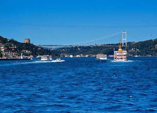 是一座皇家清真寺,位于伊斯坦布尔的艾米诺努区,加拉塔桥南端,濒临图片