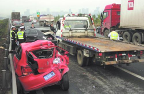 昨日 绕城高速三车追尾交通事故四人受伤