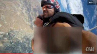 内体性爱色情图片_美色情影星自制跳伞性爱视频被解雇(组图)