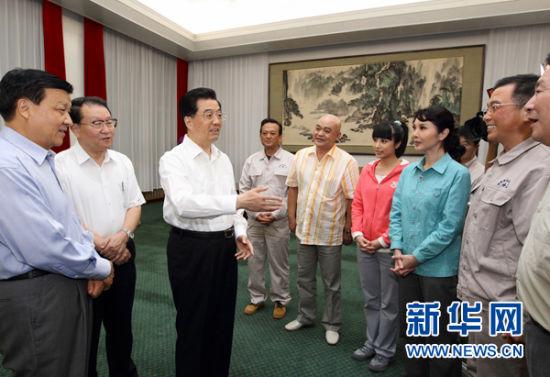 9月2日,中共中央总书记、国家主席、中央军委主席胡锦涛等观看话剧《郭明义》。这是演出前,胡锦涛总书记等中央领导同志亲切接见剧组主创人员。新华社发