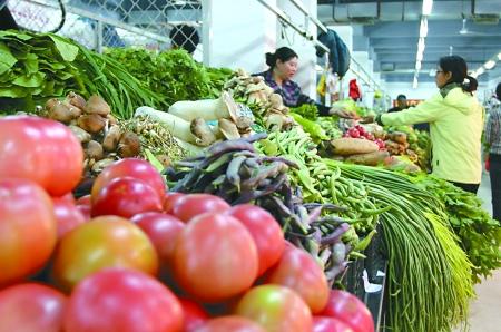 市民在市场购买蔬菜,9月份,本地蔬菜陆续上市,外地蔬菜大量入渝,使得大部分蔬菜价格回落。