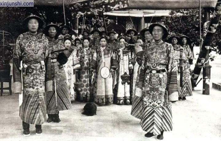 左起 瑾妃 德龄 慈禧 容龄 容龄之母 隆裕皇后