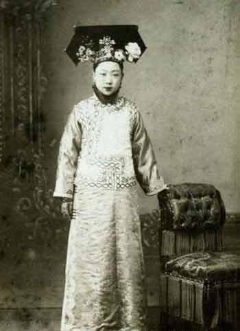 毓朗的女儿爱新觉罗·恒馨。她的女儿婉容为清朝的末代皇后。