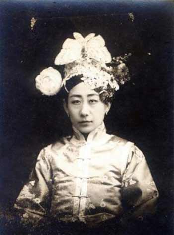 末代皇后婉容的养母爱新觉罗·恒香(毓朗贝勒的二格格)。