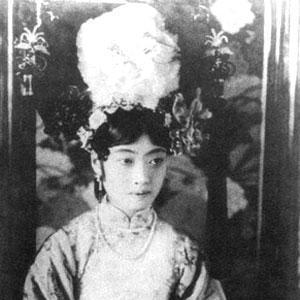 清朝的后宫,上至皇后,下到宫女,都是从旗人女子中挑选出来的。从顺治到光绪九朝,选秀女总共80多次。