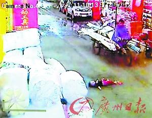 视频中的几个路人,很明显都在看着躺在地上的小悦悦,但无人施以援手。(视频截图)
