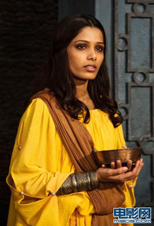 《贫民窟的百万富翁》女主角芙蕾达·平托饰演的女祭司。