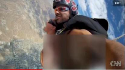 男入与动物性交_美国色情男影星亚历克斯·多雷斯与同事跳伞空中做爱,并自拍下过程
