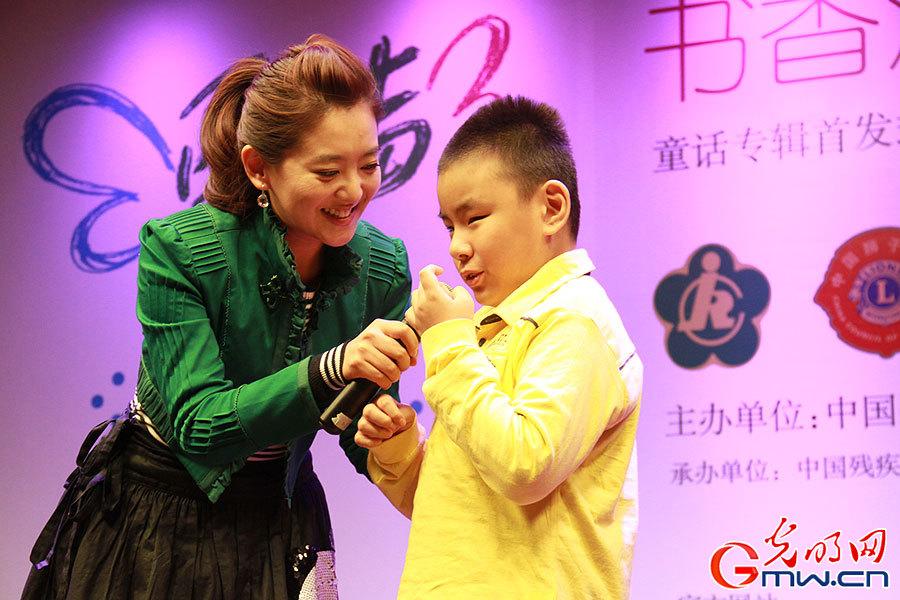盲童小朋友教月亮姐姐(王淏)唱