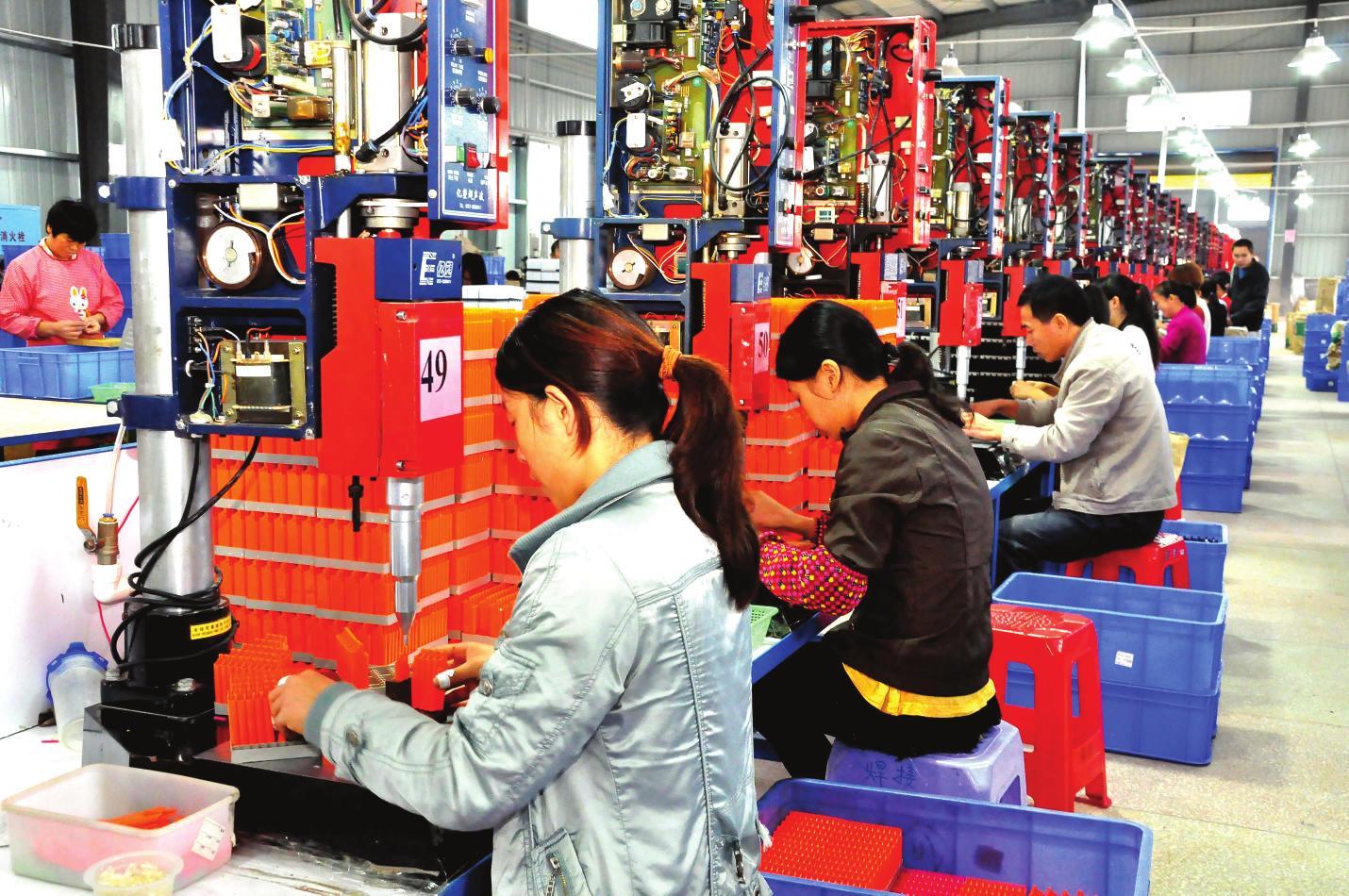 10月13日,工人们在繁忙的生产线上工作(图)图片