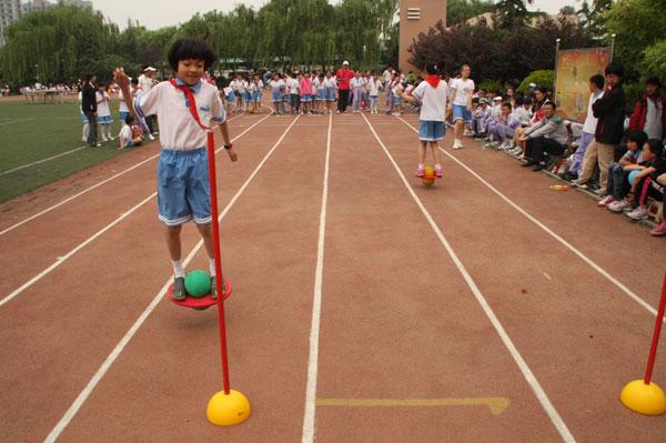 运动会跳跳球接力图片