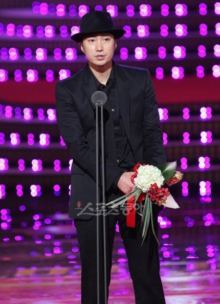 朴海日凭《最终兵器:弓》获得最佳男主角奖