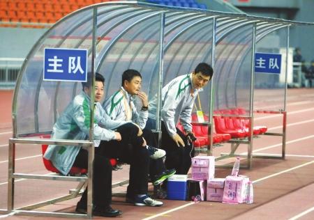 教练席上的吴金贵成为距离最近的观众