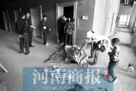 老人乘电梯不慎踩空摔下当场死亡,家人怀疑跟电梯运行设置有关河南商报记者 王春胜/摄