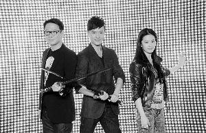 """昨日官网上线启动仪式上,黎明和冯绍峰手持刀剑对碰,象征""""楚汉双雄对决""""。"""