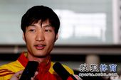 图文:中国击剑队载誉回国 雷声接受采访
