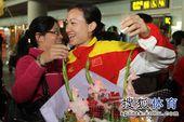 图文:中国击剑队载誉回国 骆晓娟十分开心