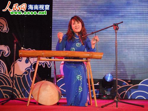 广西京族选手苏丽珍演奏独弦琴