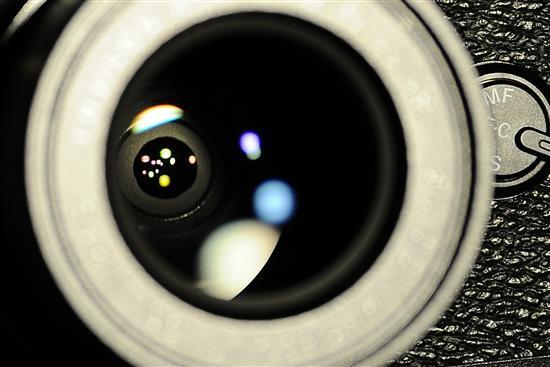 通过我拍摄的照片,我们可以清晰的看到富士X10镜头内的光圈机制和镜片泛出的彩色镀膜,这些精益求精的设计理念,都会对X10画质带来不错的提升和保障。