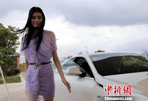 10月20日,上海时装周形象代言人――华谊兄弟时尚旗下国际超模奚梦瑶亮相上海。潘索菲 摄