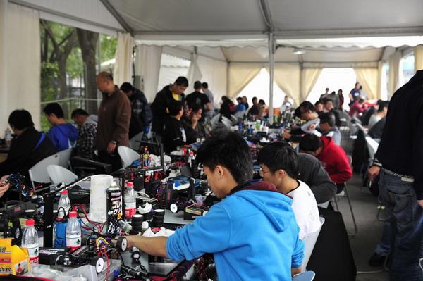 图文:北京国际车辆模型邀请赛 抓紧调整车模