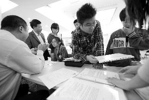 在昨天的高校毕业生首场双选会上,职业分析专家为大学生进行现场就业指导。