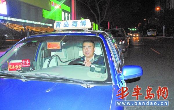 夜班司机杨少军师傅每天从下午3时接班 ,一直干到第二天凌晨一两点.