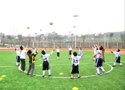 小学生足球训练。
