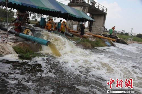 10月19日,紧邻泰国首都曼谷的巴吞他尼府多条街道进水,当局正加加紧排洪。图为该府在第三水闸处开动3部大排量抽水机,向外渠排泄洪水。中新社发 余显伦 摄