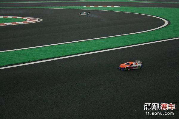 图文:北京国际车辆模型赛开幕 赛车在赛道竞速