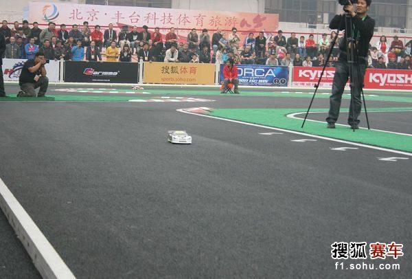图文:北京国际车辆模型赛开幕 赛车驶过赛道