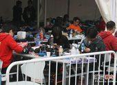 图文:北京国际车辆模型赛开幕 运动员调试赛车