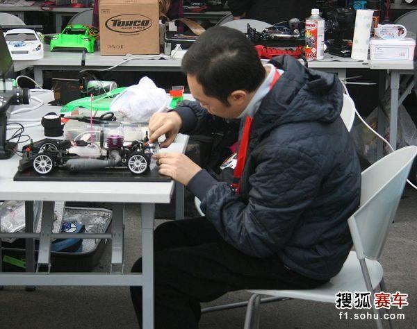 图文:北京国际车辆模型赛开幕 选手认真