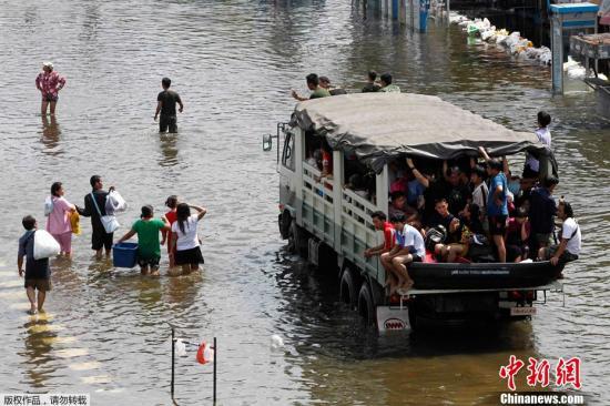 英拉称洪灾或持续一个多月 吁曼谷市民严防洪水