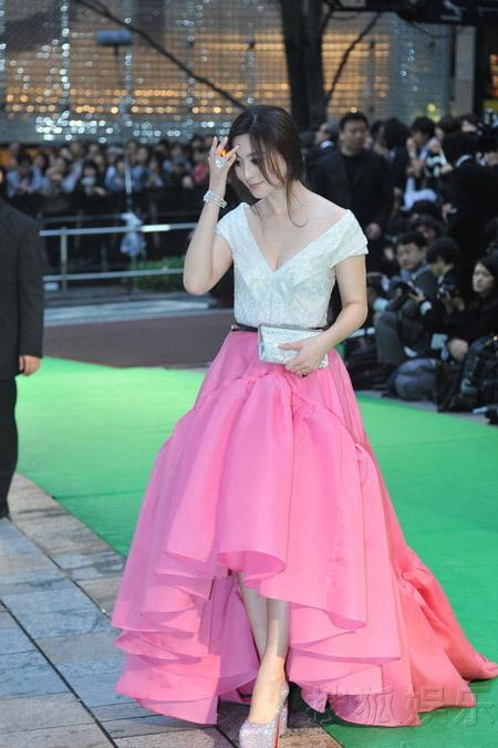 东京电影节范爷粉裙衬绿毯娇美如花(点击查看高清组图)