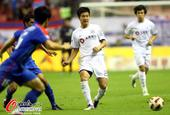 图文:[中超]上海1-0大连 吕鹏传球