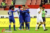 图文:[中超]上海1-0大连 吴曦拥抱队友