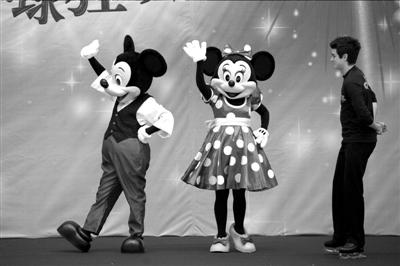 米奇和米妮与小朋友们见面。本报记者吴平摄