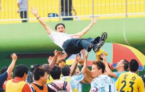 广州富力的队员们庆祝提前一轮冲超成功。