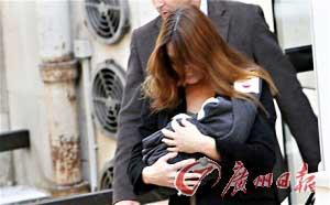 法国第一夫人布吕尼抱着新生女儿茱莉亚走出巴黎。