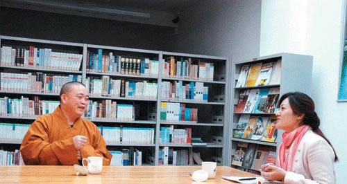 2011年10月17日,释永信在少林寺图书馆内接受环球人物杂志记者采访。